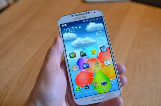 Samsung Galaxy S4 in Hand